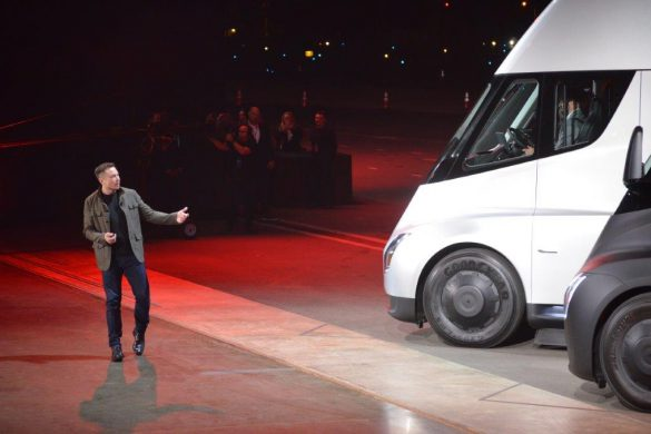 "Tesla Chairman and CEO Elon Musk unveils the new ""Semi"" electric Truck to buyers and journalists on November 16, 2017 in Hawthorne, California, near Los Angeles.  / AFP PHOTO / Veronique DUPONT"